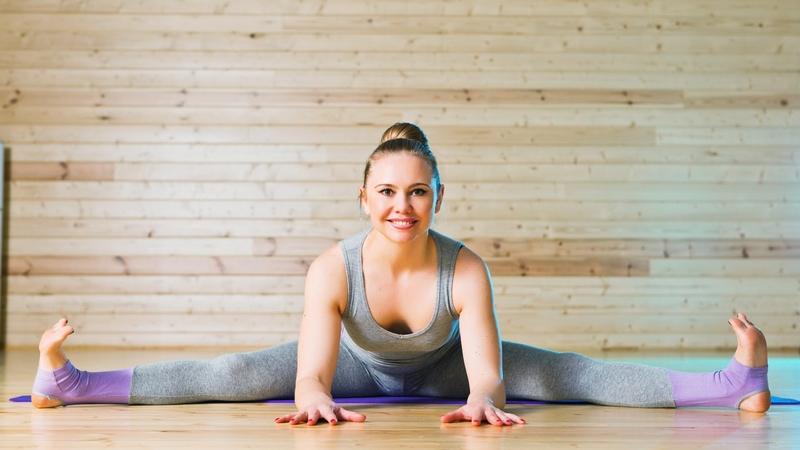 10 простых упражнений йоги для начинающих в домашних условиях