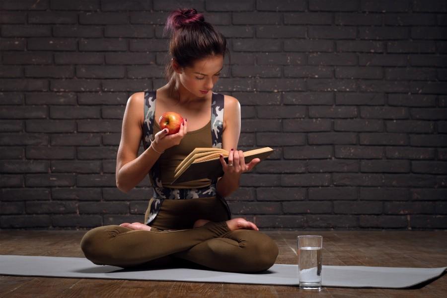 Чтение книг о йоге
