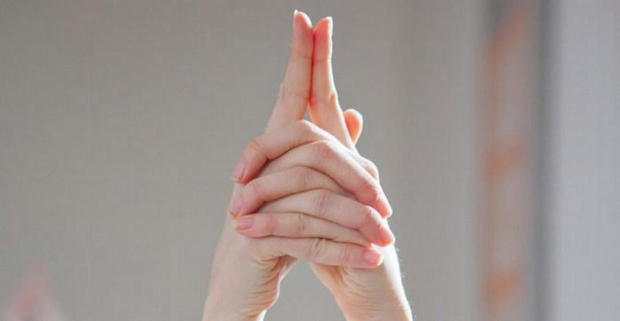 Положение рук при выполнении сат крийи
